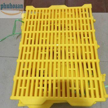 Tấm nhựa lót sàn chuồng heo (chuồng chó) 40x55 rất tiện dụng