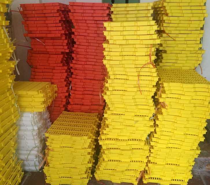 Tấm nhựa lót sàn chuồng heo (chuồng chó) 40x55 xếp chồng cao cấp Phú Hòa An